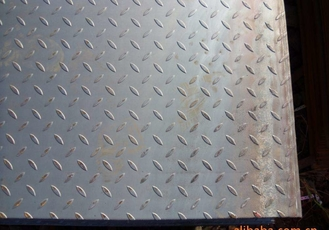 चीन ASTM A36 Checker Plate Steel 8.0*5Ft*20Ft Hot Rolled Mild Diamond Plate Steel Sheets 3-10mm आपूर्तिकर्ता